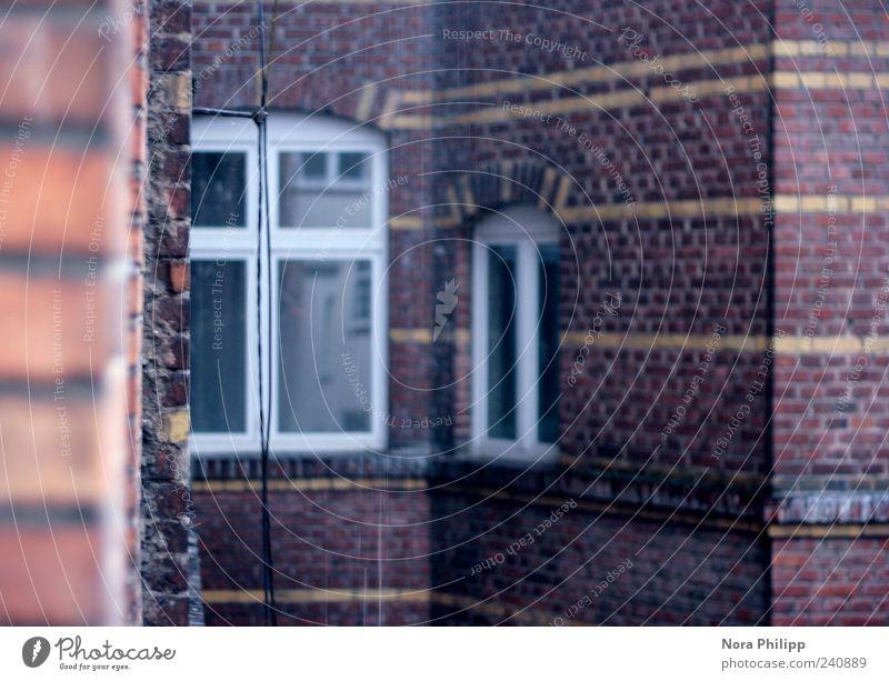 My home is my castle Haus Fenster Wand Architektur Gebäude Mauer Linie Fassade Häusliches Leben trist retro nass Bauwerk Stadtzentrum Backstein Altstadt