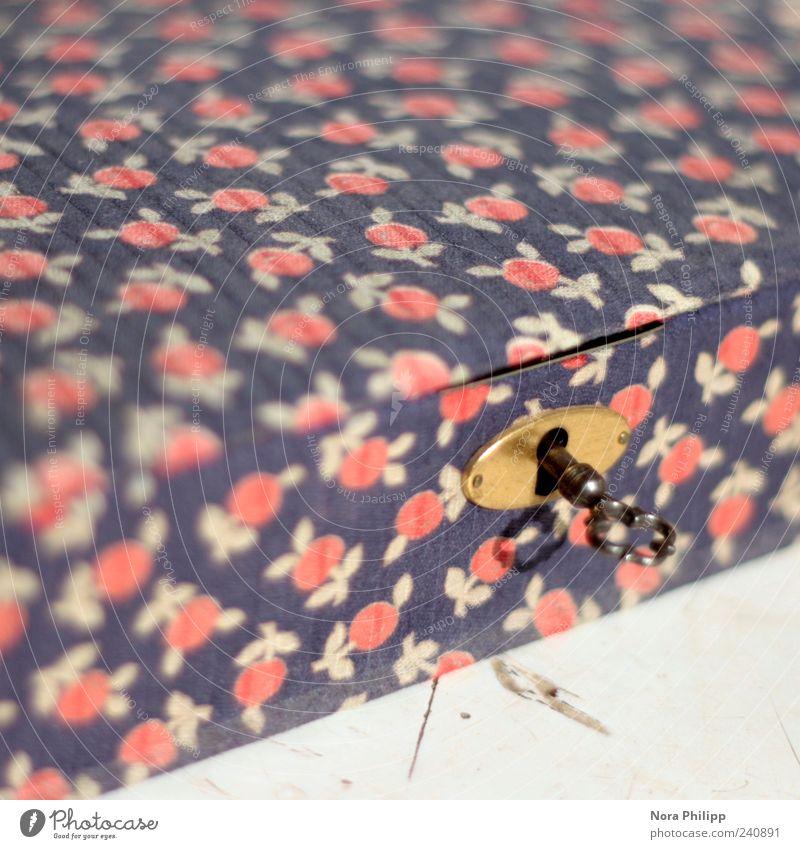 Schatztruhe Verpackung Dekoration & Verzierung Kitsch Krimskrams Souvenir Sammlerstück Schatzkästchen Schloss Schlüssel ästhetisch blau gold rot