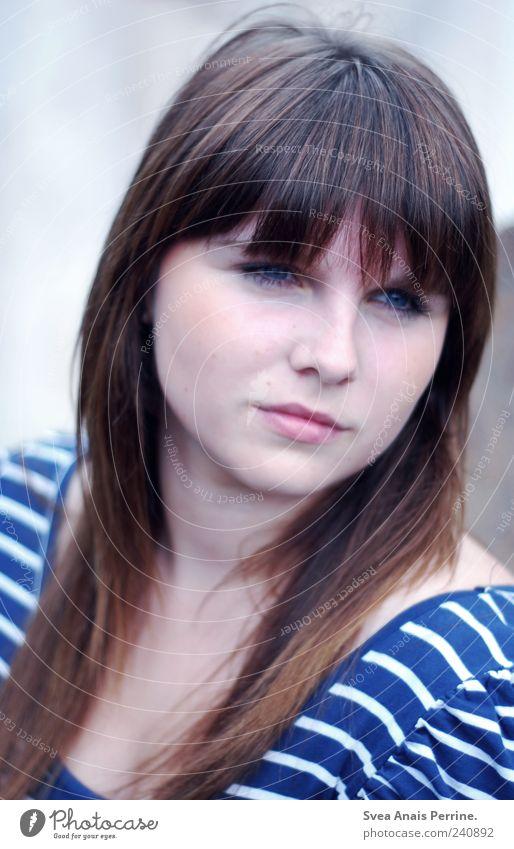blauweiß. Mensch Jugendliche Gesicht Erwachsene kalt feminin Wand Haare & Frisuren Mauer träumen Junge Frau 18-30 Jahre T-Shirt brünett langhaarig Sorge