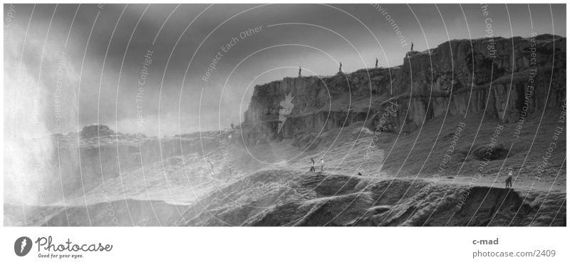 Am Dettifoss/Island Mensch Wasser Wolken Berge u. Gebirge Stimmung Wind heiß Island Natur Gischt Schwarzweißfoto Hochebene