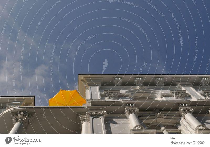 abgeschirmt Himmel Sommer Haus Ferne gelb oben Architektur Freiheit Wetter Fassade hoch frei Fröhlichkeit ästhetisch Lifestyle Schönes Wetter