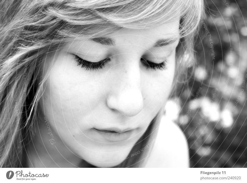 besonnen Mensch Jugendliche schön ruhig Gesicht Auge feminin Kopf Gefühle Haare & Frisuren Erwachsene träumen Mund blond Haut