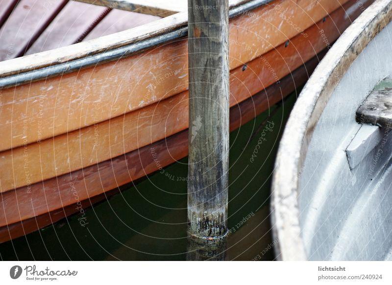 alte Boote Wasser Küste Seeufer Nordsee Ostsee Schifffahrt Binnenschifffahrt Bootsfahrt Ruderboot Wasserfahrzeug Hafen Romantik Fernweh Idylle Kratzer Lack Holz