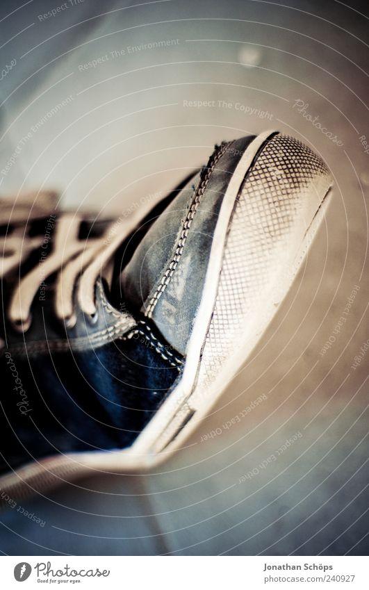 Schuhbidu Schuhe Schuhsohle Schuhbänder Leder ästhetisch blau braun Naht Steinboden Bodenbelag Detailaufnahme laufen gehen Fuß Vignettierung Kontrast aufsteigen