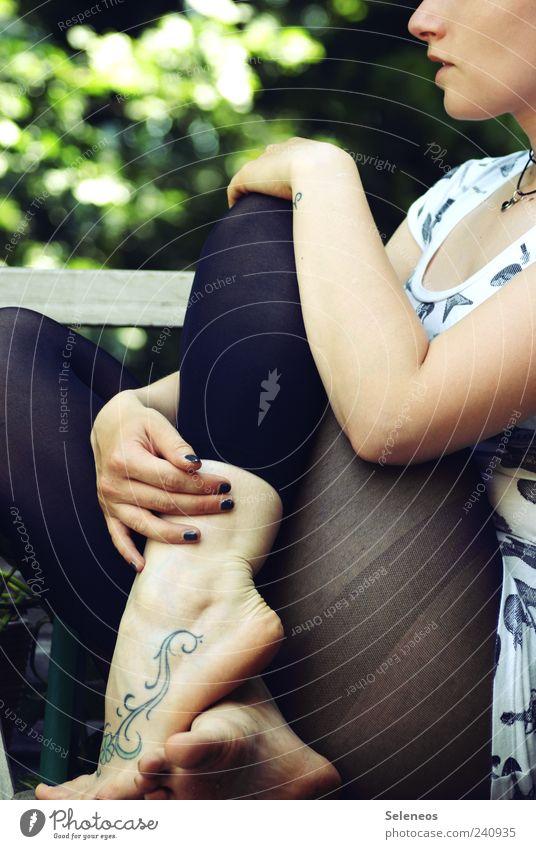 300 - kurzes Päuschen Mensch Frau Erwachsene Kopf Arme Beine Fuß 1 Strumpfhose sitzen tätowiert Tattoo Schnörkel Farbfoto Außenaufnahme Tag Ganzkörperaufnahme