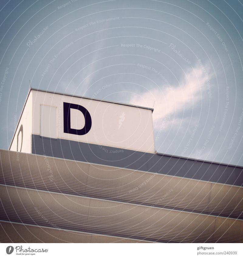 doppel d Himmel Wolken Buchstaben Schriftzeichen Symbole & Metaphern Aufschrift eckig Gebäude Quader Strukturen & Formen Architektur weiß Blockschrift Farbfoto