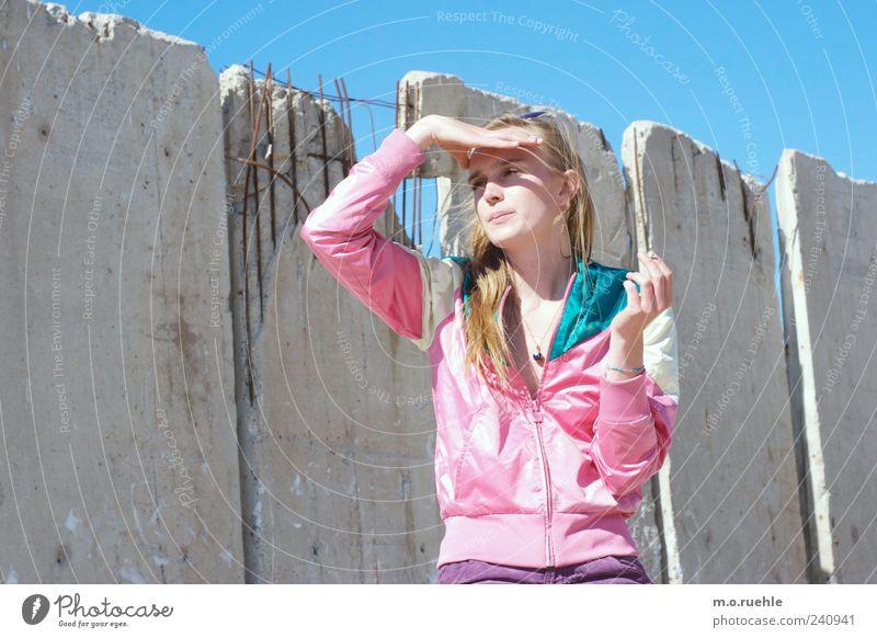 WorldEndParty/09 (Soldaten nahezu ganze Armeen) Jugendliche Hand Einsamkeit Gesicht Gefühle Stimmung Junge Frau blond Beton Lifestyle Hoffnung beobachten Schönes Wetter Neugier Sehnsucht Jacke