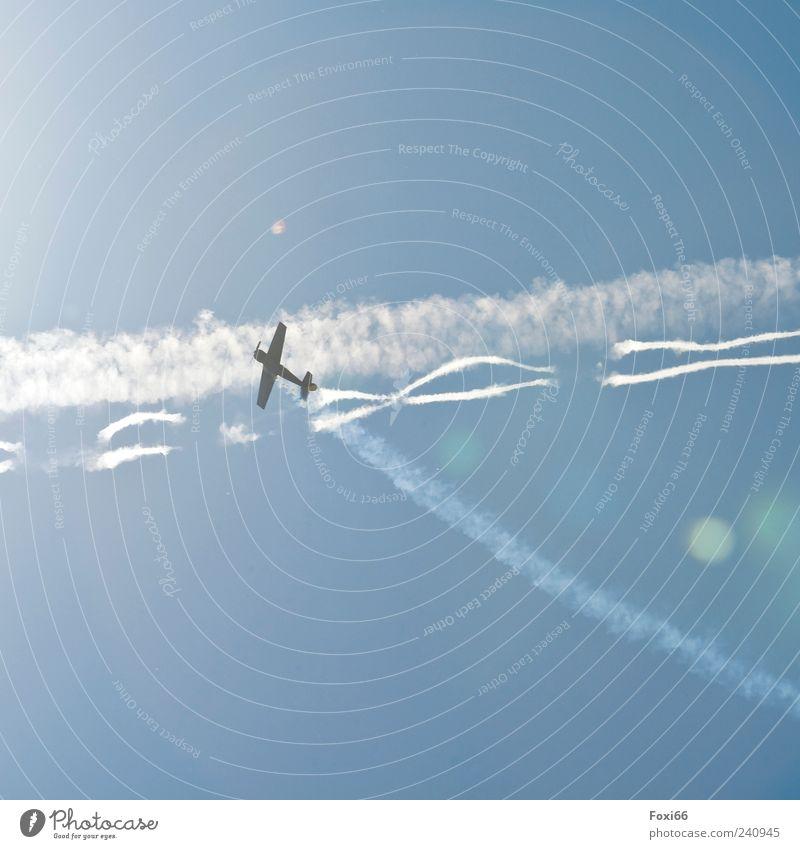 Steiler Aufstieg Himmel blau weiß Sommer Luft Flugzeug Fluggerät Kondensstreifen Reflexion & Spiegelung Sportflugzeug Modellflugzeug