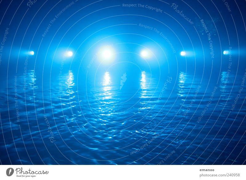 Blaulicht blau Wasser Bewegung Lampe Beleuchtung Wellen Schwimmbad Wasseroberfläche Scheinwerfer Licht Gegenlicht Lichtschein Perspektive Aktion