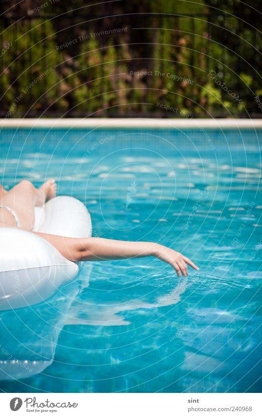 abkühlung Wohlgefühl Zufriedenheit Erholung ruhig Schwimmbad Hand Wasser Sommer Schönes Wetter Luftmatratze genießen liegen nass Ferien & Urlaub & Reisen