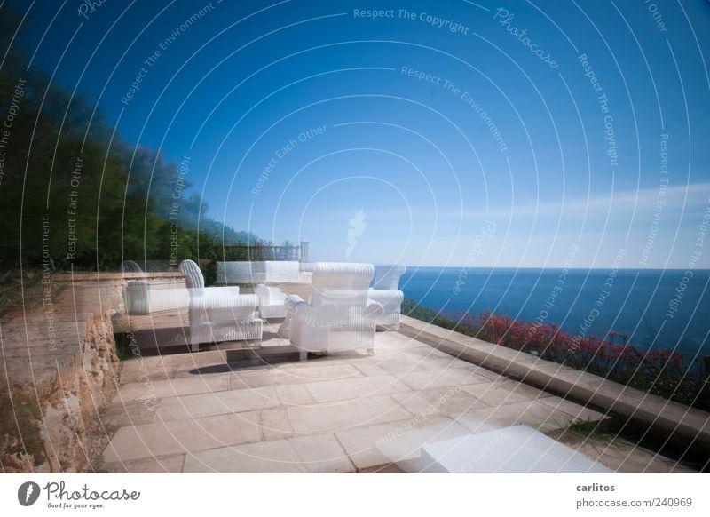 War es die Sonne, oder der Wein Wasser Sonnenlicht Sommer Schönes Wetter Meer blau braun weiß Horizont Perspektive Surrealismus Sessel Terrasse Steinplatten