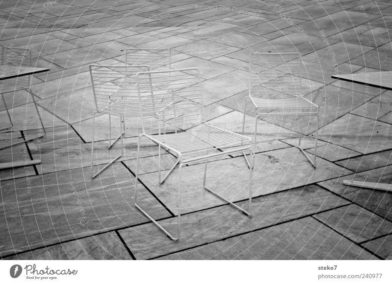 Stühle rücken weiß grau Stein Linie außergewöhnlich Tisch leer Stuhl Schwarzweißfoto Bodenplatten