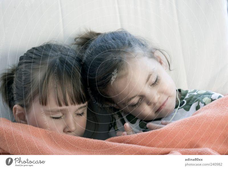 Gut versichert Kind Mädchen ruhig Gesicht Gefühle Kopf träumen Familie & Verwandtschaft Stimmung Zusammensein Zufriedenheit liegen schlafen Sicherheit Warmherzigkeit Vertrauen