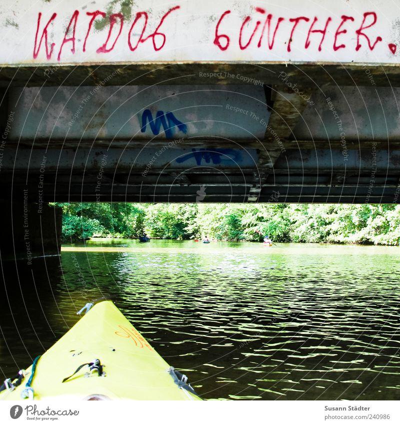 Günther Wasser Sommer Fluss Brücke Schriftzeichen Kajak Graffiti Farbfoto Außenaufnahme Menschenleer Tag Kanutour Großbuchstabe Schmiererei