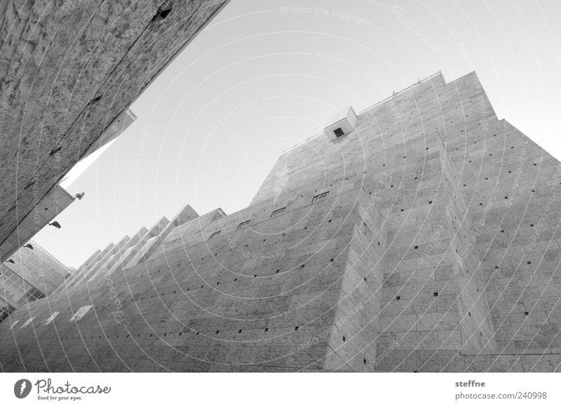 Grand Canyon Museum Lissabon Portugal Architektur Mauer Wand Fassade Sehenswürdigkeit ästhetisch Schwarzweißfoto Froschperspektive Weitwinkel Außenaufnahme