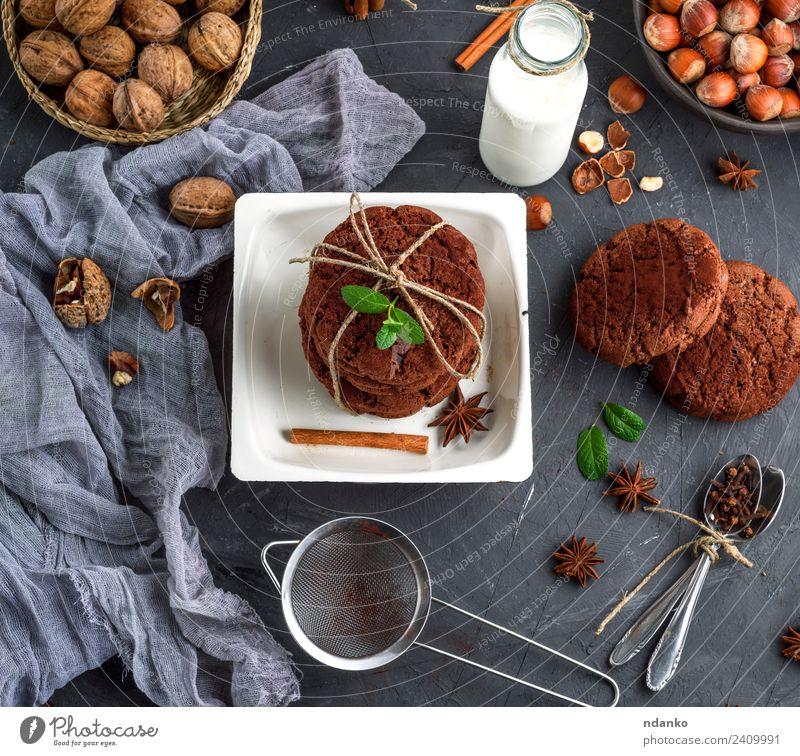 gebackene runde Kekse Dessert Süßwaren Ernährung Frühstück Milch Teller Flasche Löffel Seil dunkel lecker braun schwarz weiß Schokolade melken Glas altehrwürdig