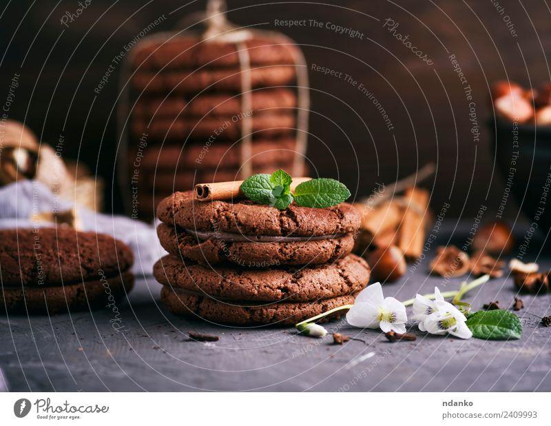 runde Schokoladenplätzchen Dessert Süßwaren Ernährung Blume dunkel lecker braun schwarz Keks Hintergrund Lebensmittel Stapel süß backen Biskuit Feiertag