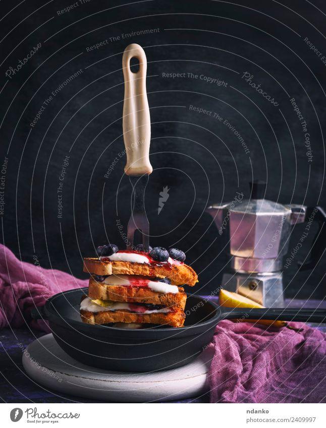 Französischer Toast mit Beeren Frucht Brot Dessert Frühstück Kaffee Pfanne Gabel Tisch frisch lecker weiß Zuprosten Sahne Lebensmittel Hintergrund Gußeisen
