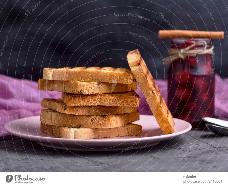 Gebratene quadratische Stücke Brot Marmelade Frühstück Mittagessen Teller Tisch lecker braun schwarz weiß Stapel Hintergrund backen Bäckerei Müsli Mehl