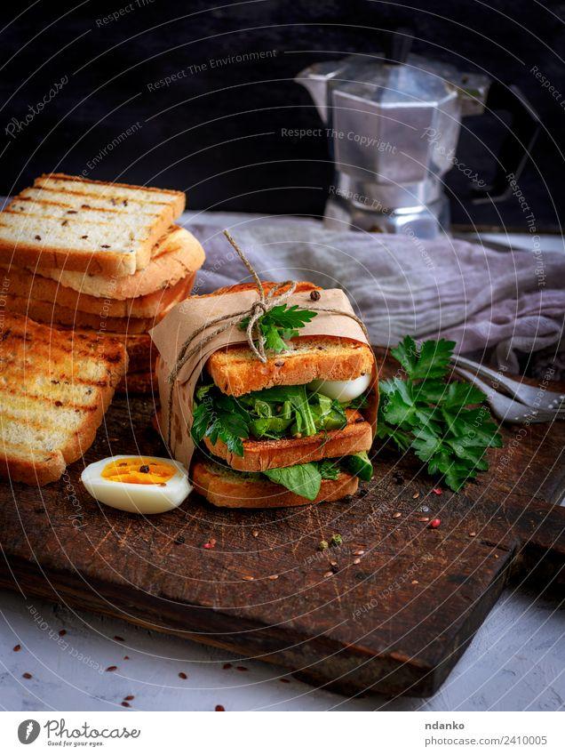Toast und Salatblätter und gekochtes Ei Fleisch Gemüse Brot Frühstück Mittagessen Abendessen Vegetarische Ernährung Kaffee Tisch Essen frisch lecker braun grün
