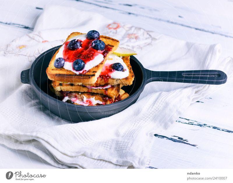Französischer Toast mit Beeren Frucht Brot Dessert Süßwaren Frühstück Pfanne Tisch frisch lecker weiß Zuprosten Sahne Lebensmittel Hintergrund Gußeisen