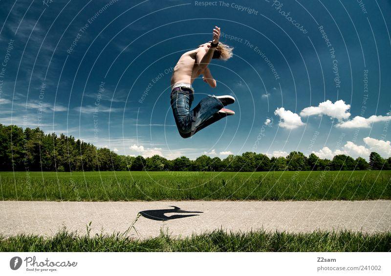 RÜCKENWIND Lifestyle Stil Junger Mann Jugendliche 1 Mensch 18-30 Jahre Erwachsene Umwelt Natur Landschaft Himmel Wolken Sommer Baum Gras Wiese Feld Jeanshose
