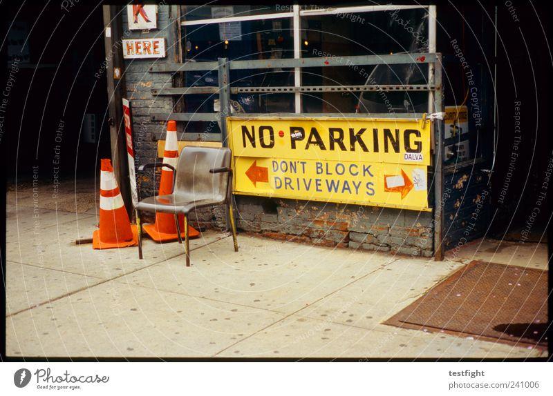 parken verboten Stadt Arbeit & Erwerbstätigkeit USA Dienstleistungsgewerbe Handwerk Bürgersteig Hinweisschild Werkstatt New York City Verkehrsleitkegel
