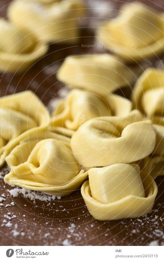 Rohe Tortellini Teigwaren Backwaren trocken Lebensmittel Tortelloni Spätzle gefüllt roh Essen zubereiten Italienisch trocknen Formular mediterran Mehl vertikal