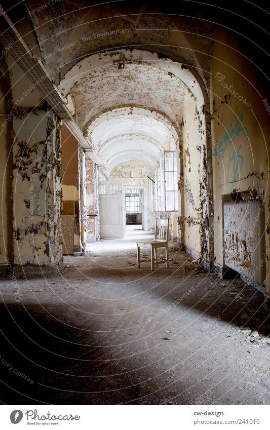 Der weiße Stuhl Menschenleer Haus Ruine Bauwerk Gebäude Architektur Mauer Wand alt authentisch retro grau Verfall Vergangenheit Vergänglichkeit Gang Flur