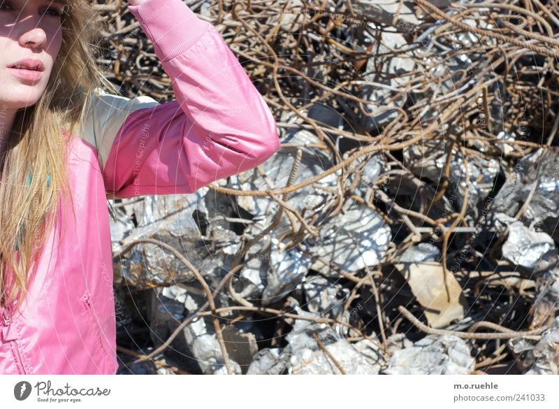 WorldEndParty/08 (Soldaten nahezu ganze Armeen) Jugendliche feminin Metall Junge Frau blond rosa 18-30 Jahre Lifestyle Lippen Sehnsucht Jacke langhaarig Fernweh Draht Mensch Gesicht