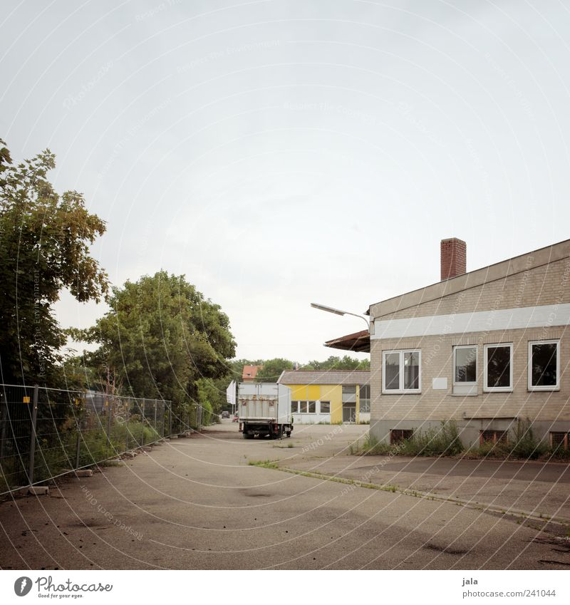 lkw Himmel Natur Baum Pflanze Straße Wege & Pfade Gebäude Platz trist Sträucher Bauwerk Fabrik Lastwagen Industrieanlage Wolkenloser Himmel Bauzaun