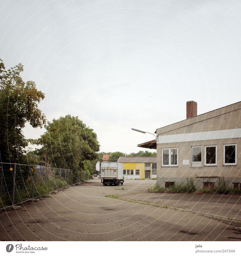lkw Natur Himmel Wolkenloser Himmel Pflanze Baum Sträucher Industrieanlage Fabrik Platz Bauwerk Gebäude Bauzaun Straße Wege & Pfade Lastwagen trist Farbfoto