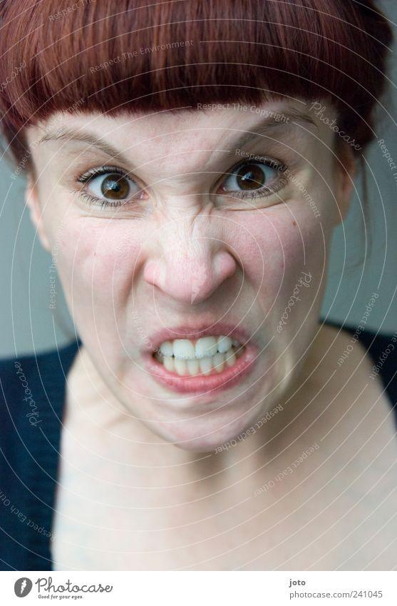 If I find her, I swear.. Jugendliche feminin Gefühle Junge Frau Angst 18-30 Jahre verrückt Wut Stress brünett Gesichtsausdruck Verzweiflung Pony Grimasse