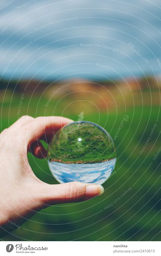 Schöner und grüner Landschaftsblick durch eine Kristallkugel Hand Umwelt Natur Himmel Frühling Sommer Schönes Wetter Gras Feld Glas Kristalle Kugel einfach
