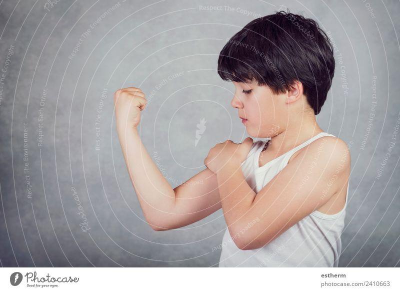 Kind, das seine Muskeln zeigt. Lifestyle Wellness Leben Sport Fitness Sport-Training Erfolg Mensch maskulin Kleinkind Kindheit 1 8-13 Jahre Denken kämpfen