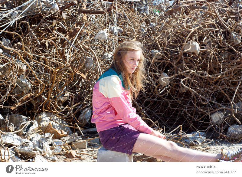 WorldEndParty/07 (Soldaten nahezu ganze Armeen) Jugendliche feminin Gefühle Haare & Frisuren Stil Traurigkeit Beine Metall träumen Stimmung Junge Frau blond sitzen warten Haut 18-30 Jahre