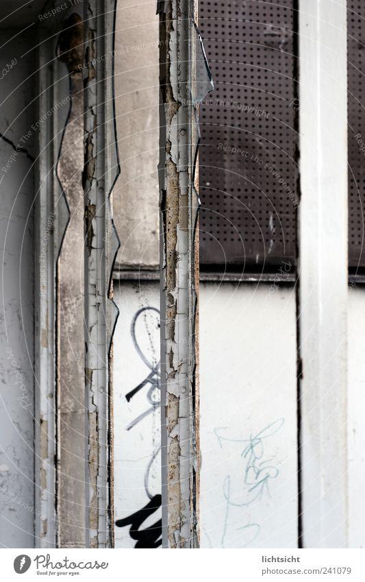 Splitter im System alt weiß Fenster Graffiti Wand braun Armut Beton kaputt Verfall Riss Rahmen Putz Ruine Zerstörung Aggression