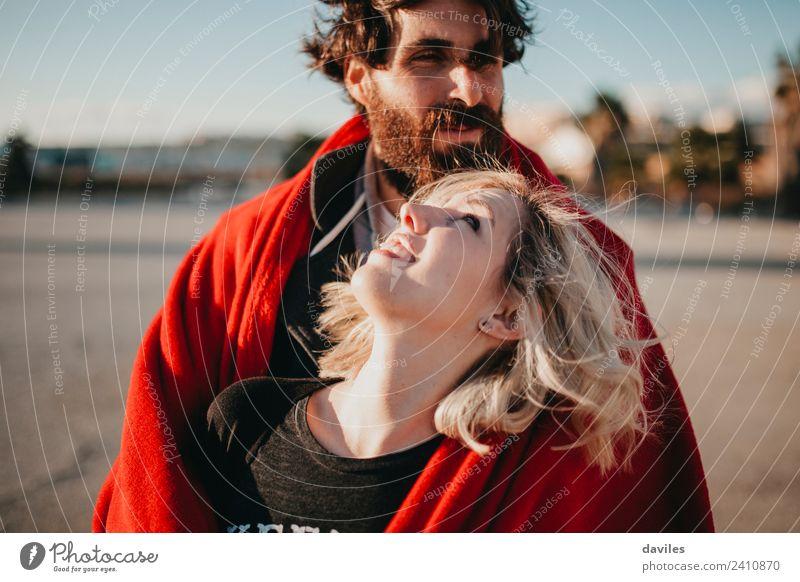 Glückliche blonde Frau, die ihren Freund ansieht. Lifestyle Freude schön Sonne Erwachsene Mann Paar Mode Vollbart Lächeln Liebe Umarmen Fröhlichkeit rot