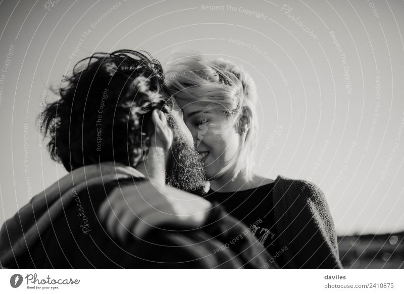 Küssendes Paar Freude Sonne Mensch Frau Erwachsene Mann Familie & Verwandtschaft Partner 2 18-30 Jahre Jugendliche Mode blond Vollbart Lächeln Liebe Umarmen