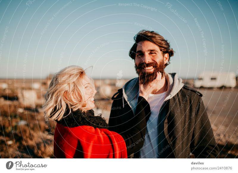 Hipster-Paar, das Spaß zusammen im Freien hat. Lifestyle Freude Junge Frau Jugendliche Junger Mann Partner Bart 2 Mensch 18-30 Jahre Erwachsene Spanien Europa