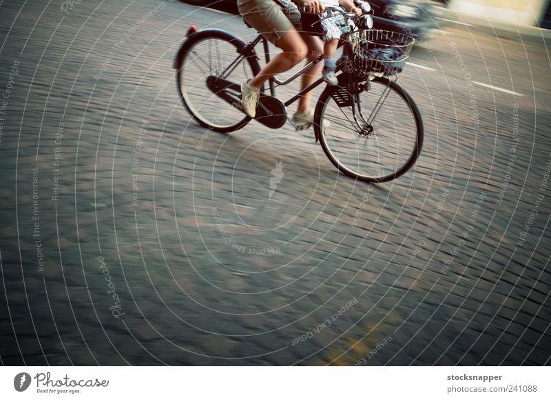 Frau Straße Bewegung Fuß Fahrrad Zusammensein Geschwindigkeit Fahrradfahren Mensch Familie & Verwandtschaft Zyklus