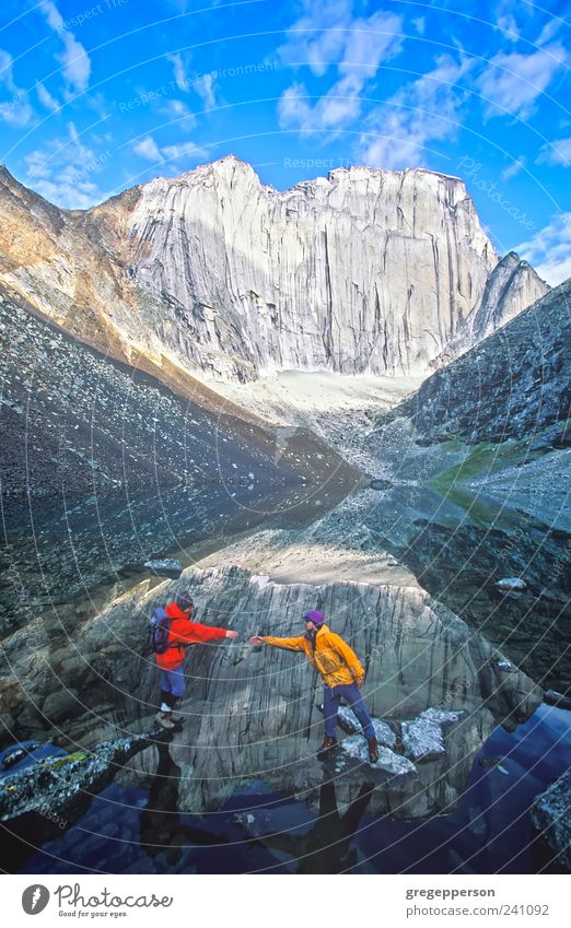 Mensch Natur Erwachsene Leben Sport Berge u. Gebirge Freundschaft wandern maskulin Abenteuer Hilfsbereitschaft Klettern 18-30 Jahre Vertrauen Gleichgewicht