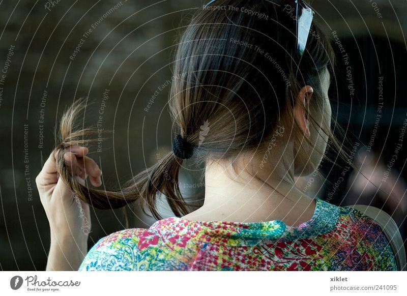 Haare Behaarung Frau Halt Waschtisch braun sanft seidig Hals Rücken Farbe Quetschhaarbrötchen Hand Spaziergang Erholung sich[Akk] natürlich verhalten täglich