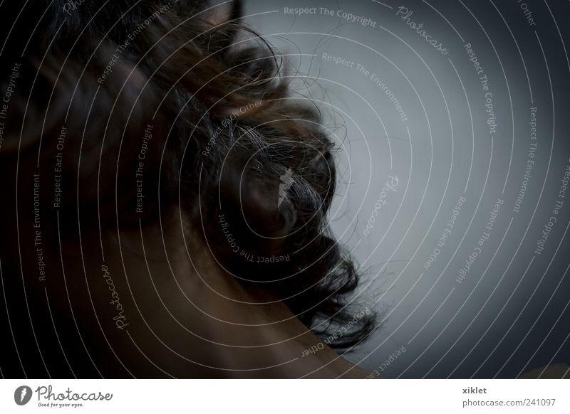 Haare Behaarung Frau Auge zerzaust Nacht dunkel Hals Schnecken Monster abstrakt pelzig Schütteln Bewegung Aktion gestikulieren verstecken obskur unbekannt