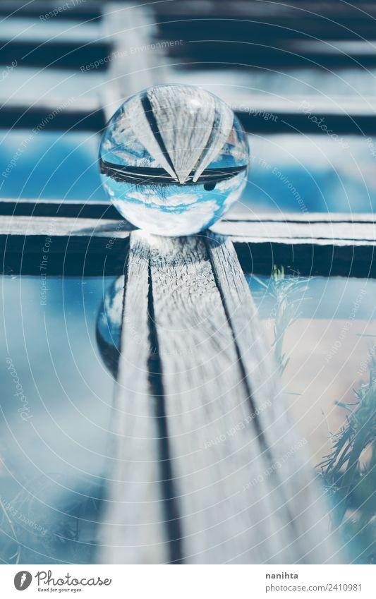 Abstraktes Bild in Blautönen mit einer Kristallkugel Kunst Natur Himmel Wolken Holz Glas Kristalle Kugel Streifen glänzend Unendlichkeit hell schön einzigartig