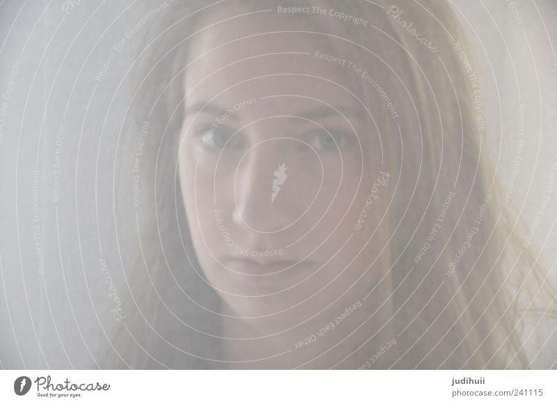 Durch den Nebel Mensch Jugendliche Erwachsene feminin Kopf Denken träumen Junge Frau blond 18-30 Jahre beobachten weich Neugier brünett langhaarig
