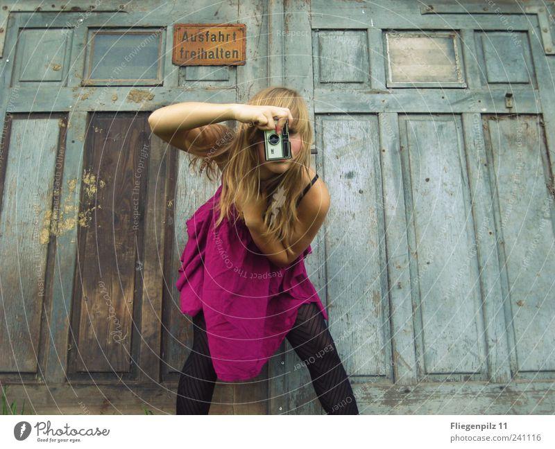 Mädchen macht Fotos II Stil feminin Junge Frau Jugendliche 1 Mensch Kleid Strumpfhose blond langhaarig Pony schön retro rosa Freude Leben Tor Fotografieren