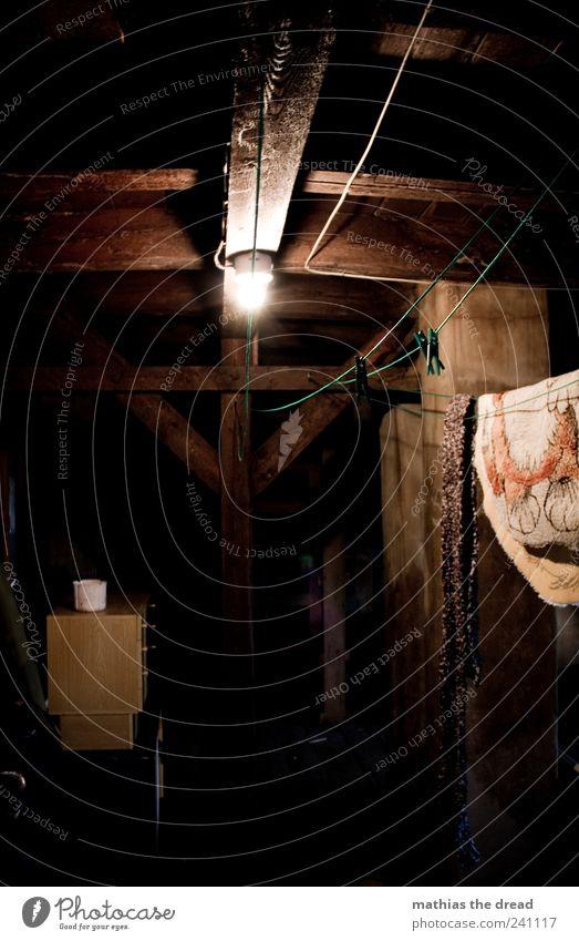 WÄSCHE AUFHÄNGEN alt ruhig Haus Erholung dunkel Wand Holz Mauer Gebäude Dach Bauwerk gruselig Glühbirne trocknen Wäscheleine bewegungslos