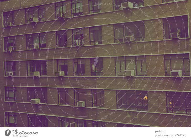 Wohnungsfront NY Lifestyle Häusliches Leben Haus Stadt bevölkert Hochhaus Gebäude Mauer Wand Fassade Fenster alt dreckig Unendlichkeit kalt Gedeckte Farben
