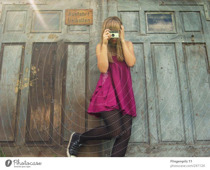 Mädchen macht Fotos III Mensch Jugendliche Sommer Freude Erwachsene feminin Leben Stil lustig blond rosa Fröhlichkeit retro Kleid Fotokamera 18-30 Jahre